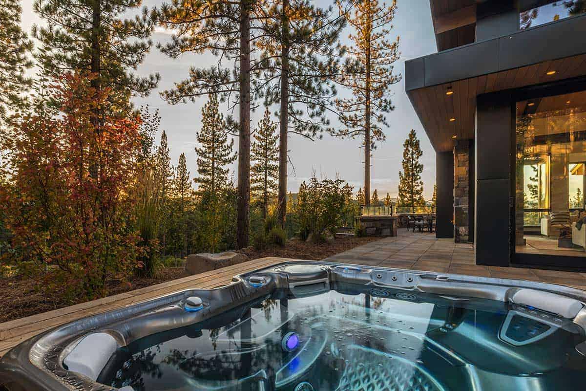 mountain-modern-patio-hot-tub