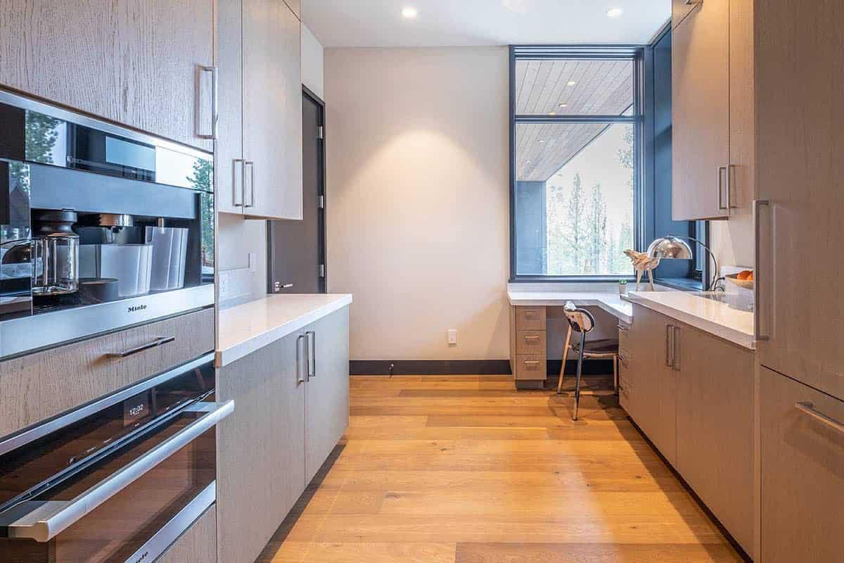 mountain-modern-kitchen-pantry