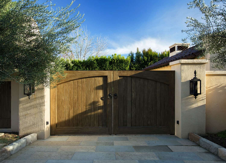 mediterranean-home-exterior-driveway-gate