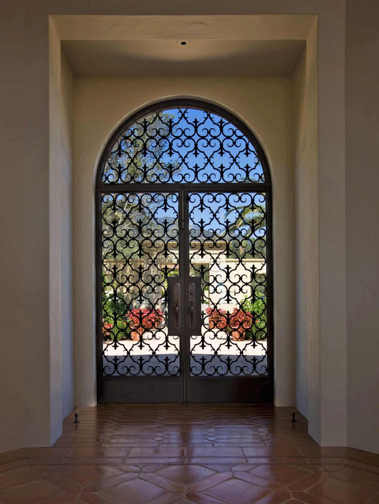 mediterranean-style-entryway