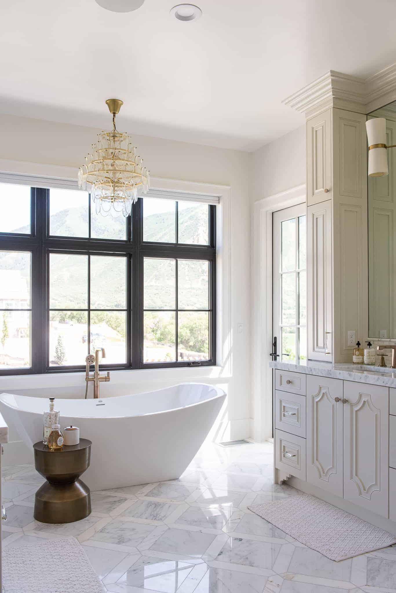 moderno uređena kupaonica u europskom stilu