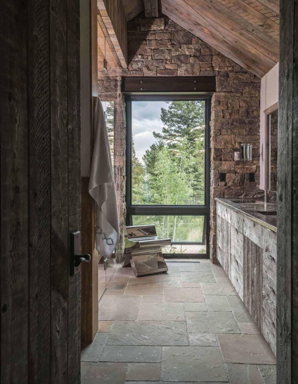 kupaonica u planinskom rustikalnom ranču