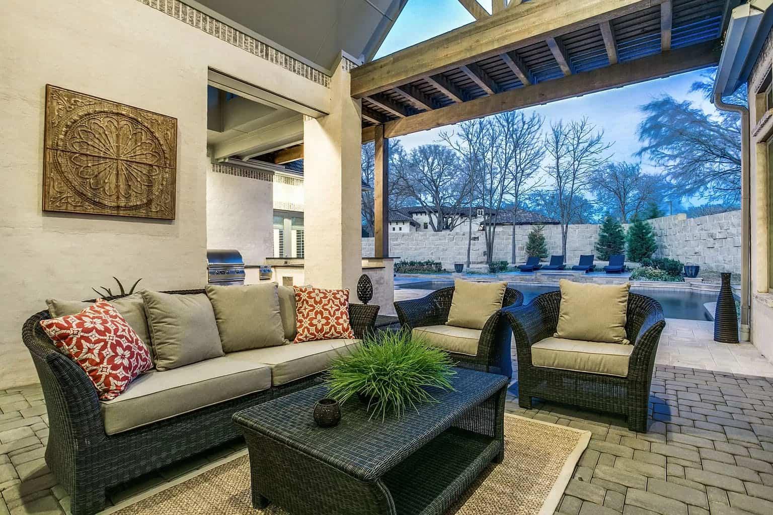 traditional-outdoor-patio
