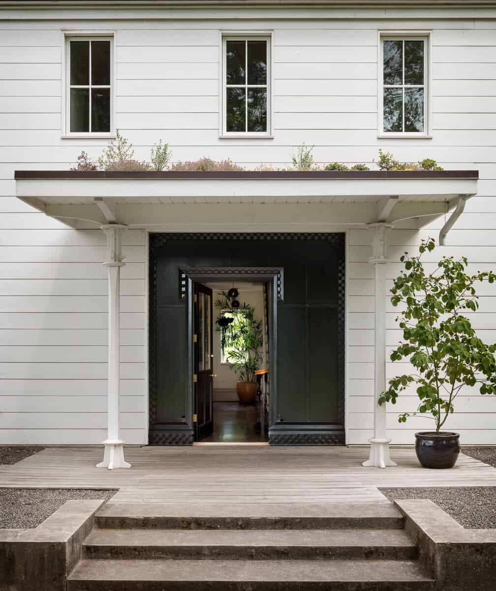 classic-american-farmhouse-entry
