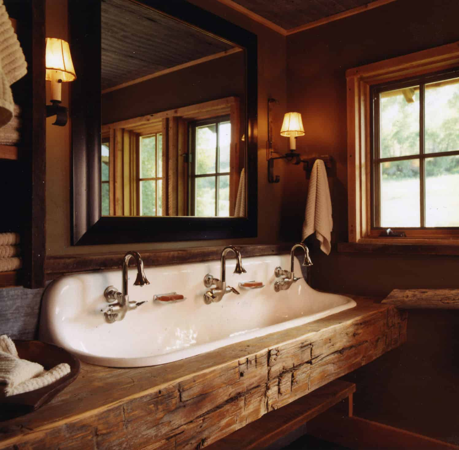 rustic-bunkhouse-kids-bathroom
