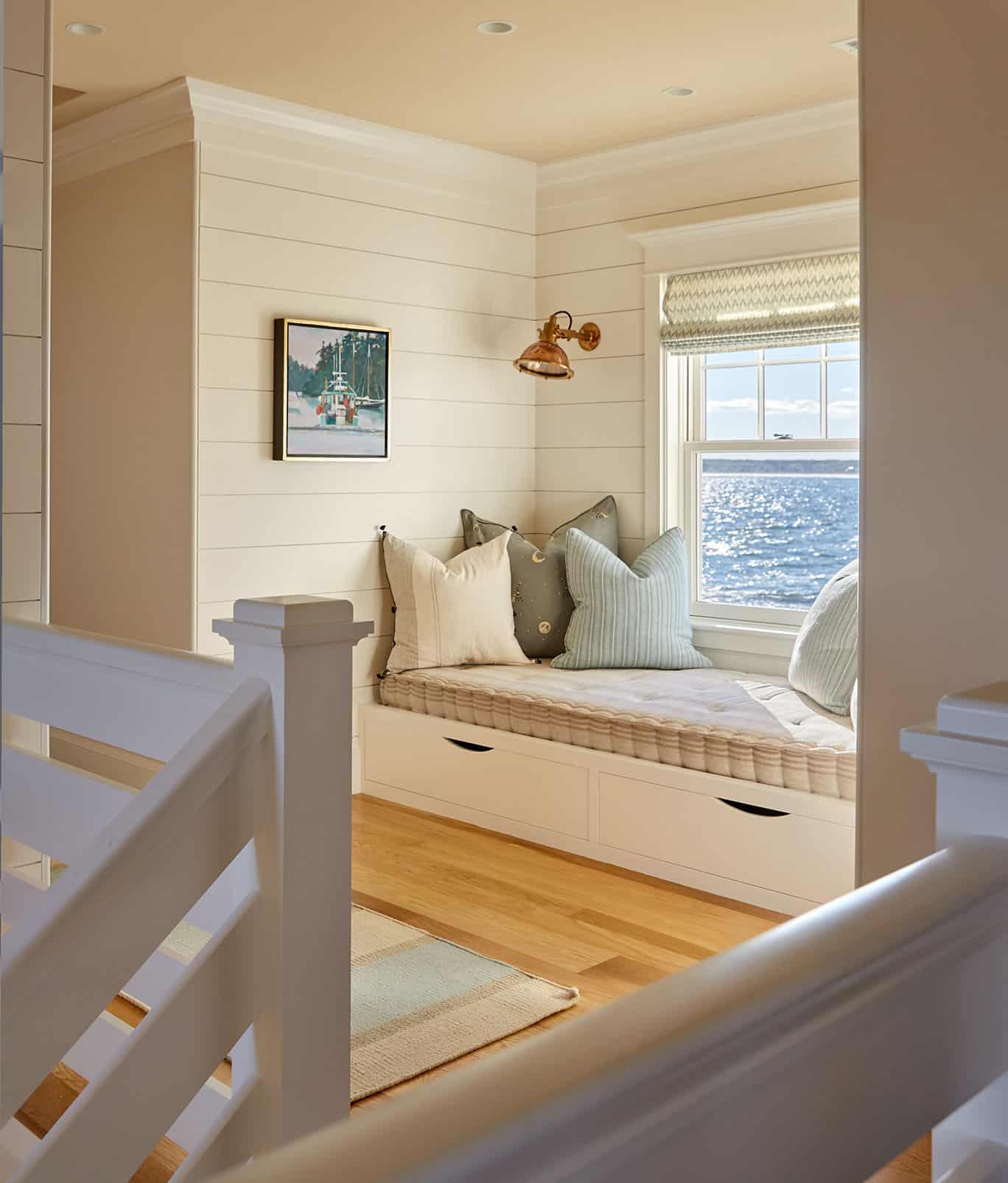 beach-style-hall-window-seat