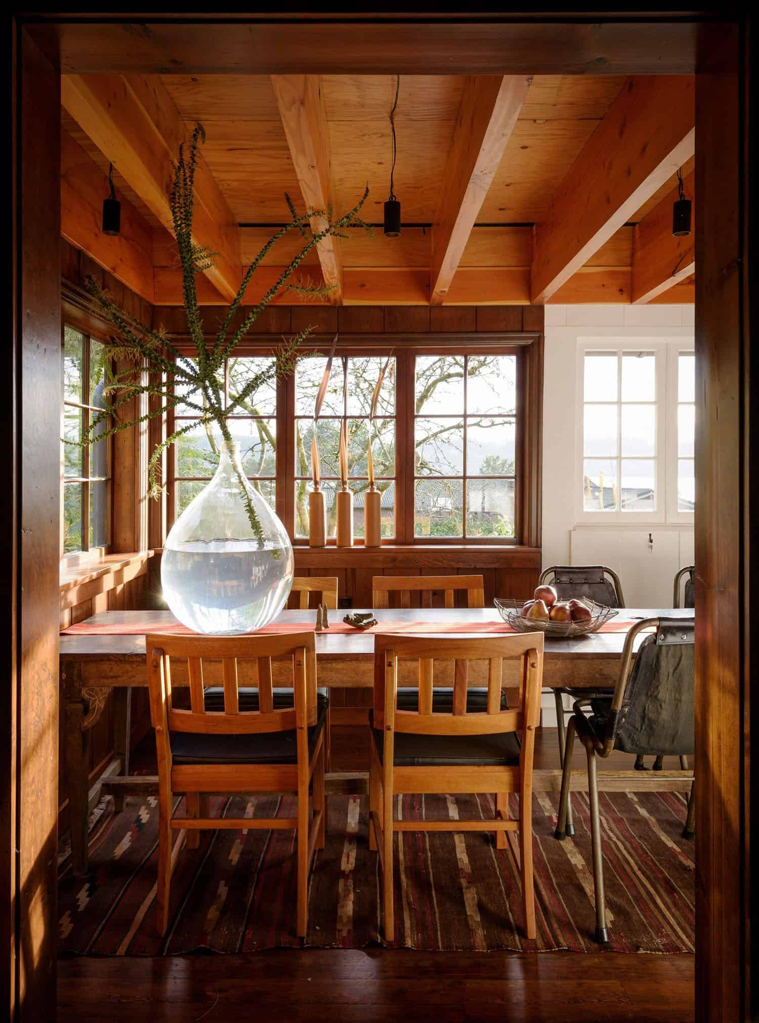 small-cabin-dining-room