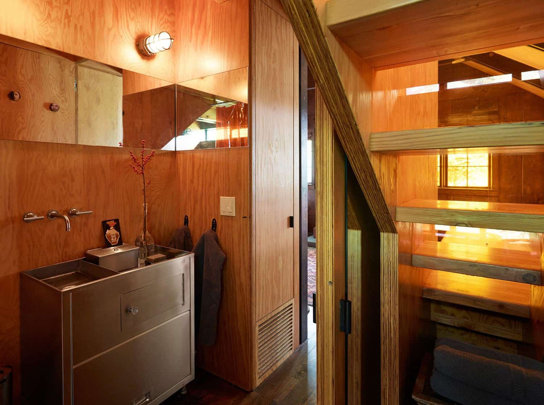 small-cabin-bathroom