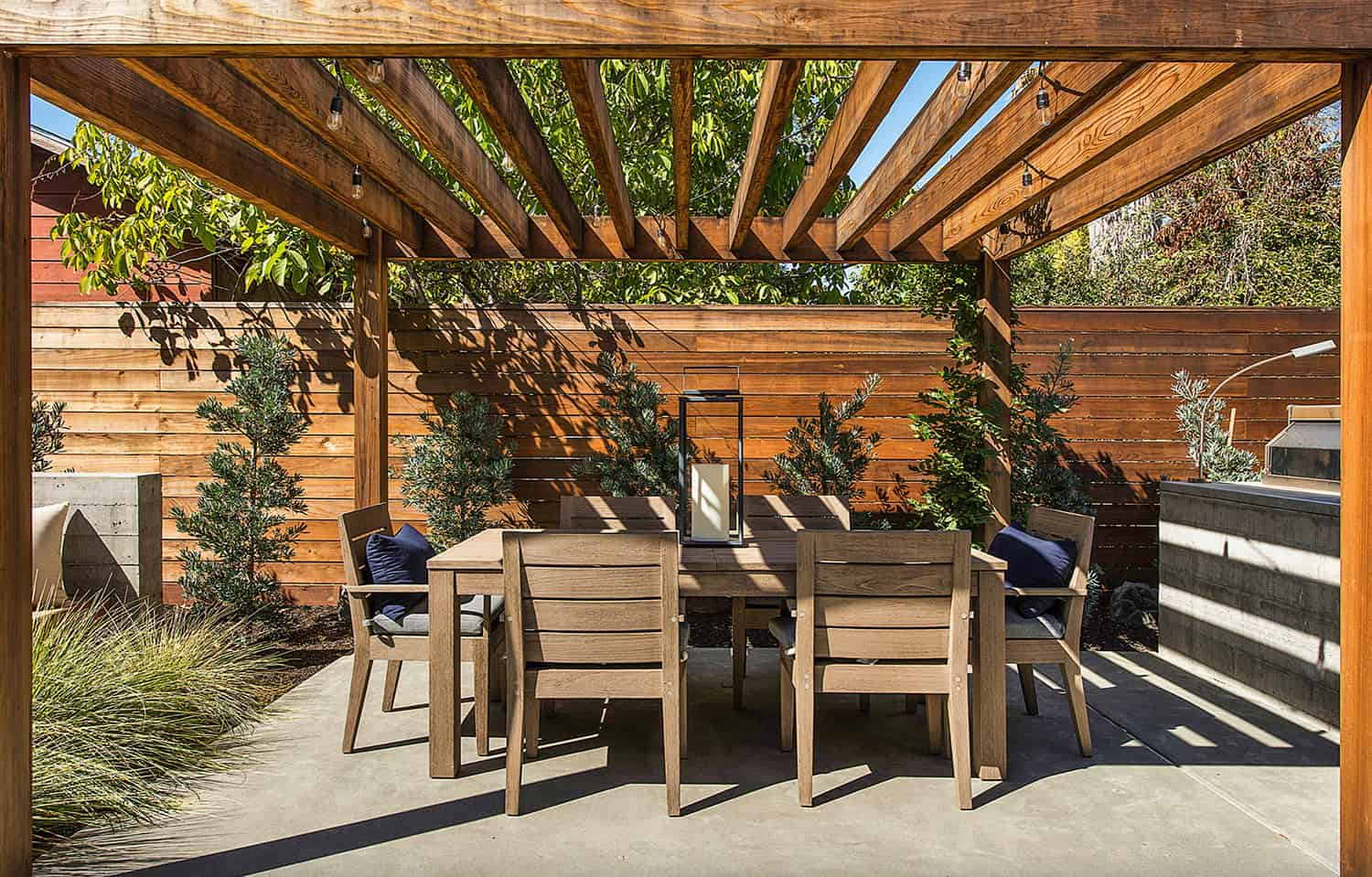 pergola-covered-outdoor-dining-room
