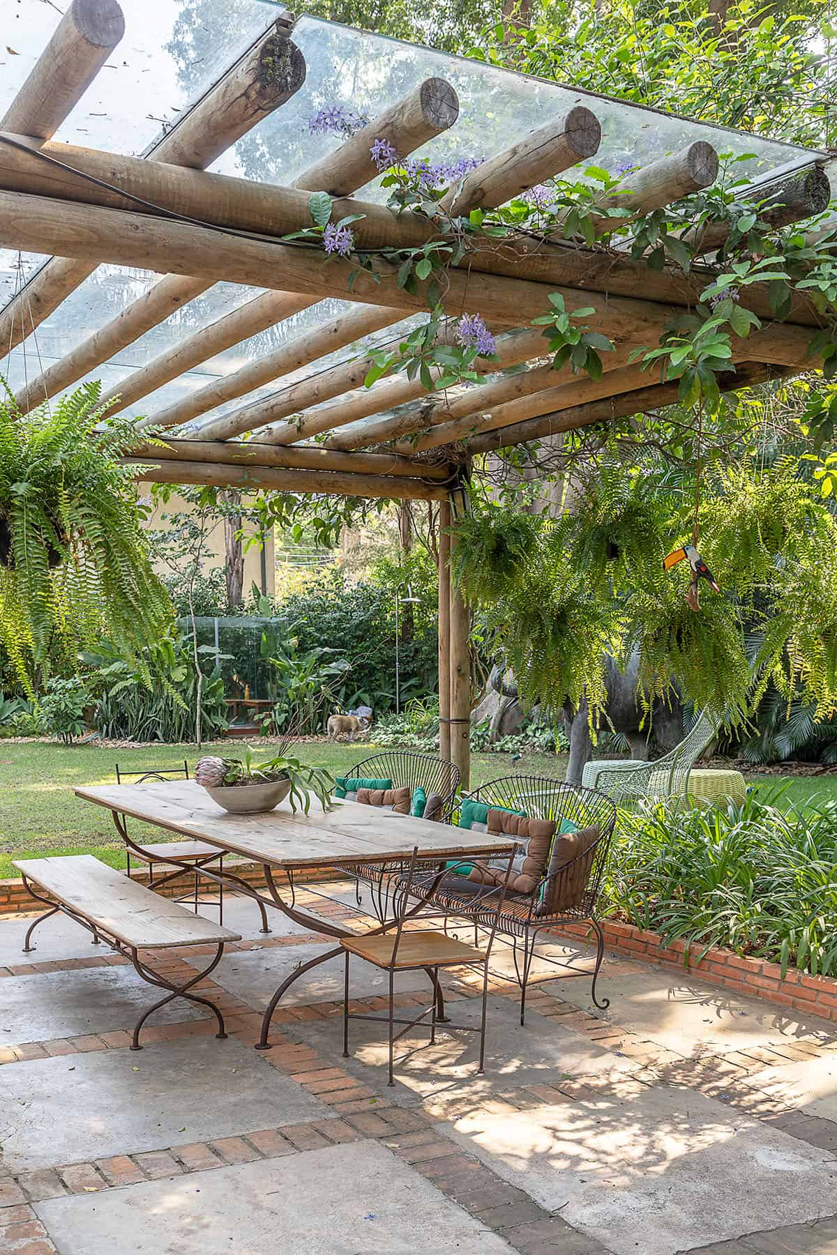 outdoor-dining-with-pergola-and-garden