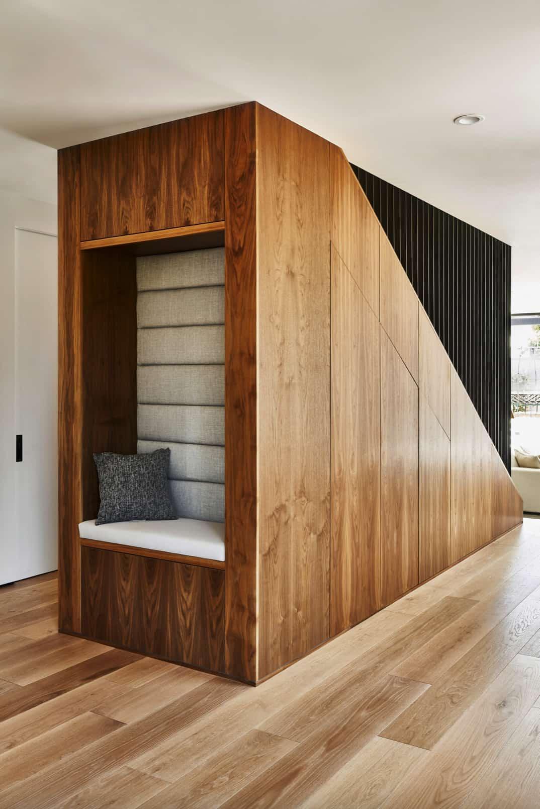 moderno-drveno-stubište-pogled-straga-s ugrađenim kutkom za sjedenje
