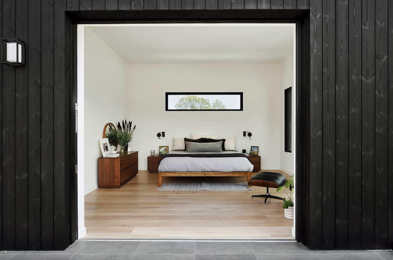 suvremena-glavna-spavaća soba-s kliznim-staklenim-vratima-otvorenim-prema-dvorištu