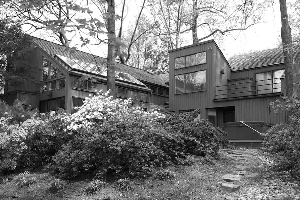 modern-lake-house-exterior-before-the-renovation