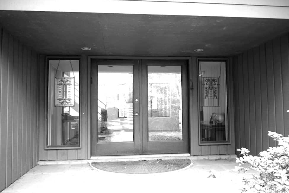 modern-lake-house-entry-before-the-renovation