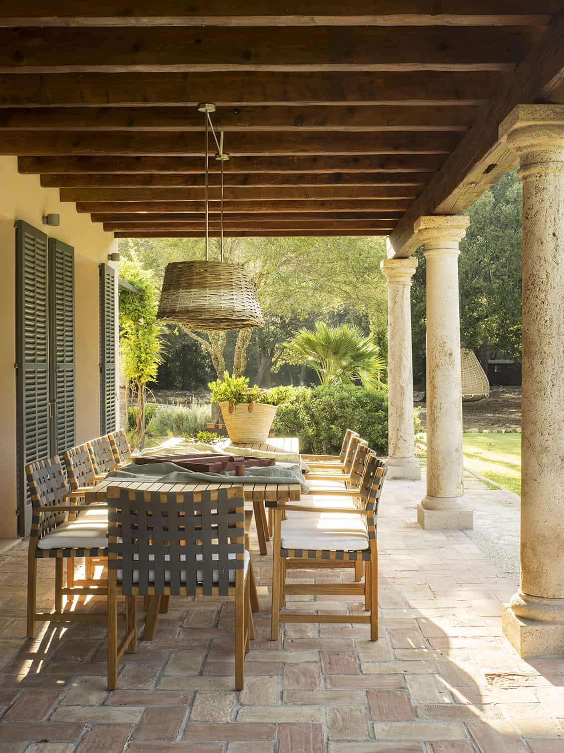 mediterranean-patio-with-a-dining-table
