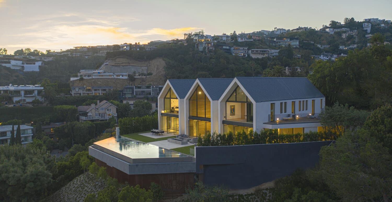 minimalistički-dom-bazen-bazen-zračni-pogled-noć