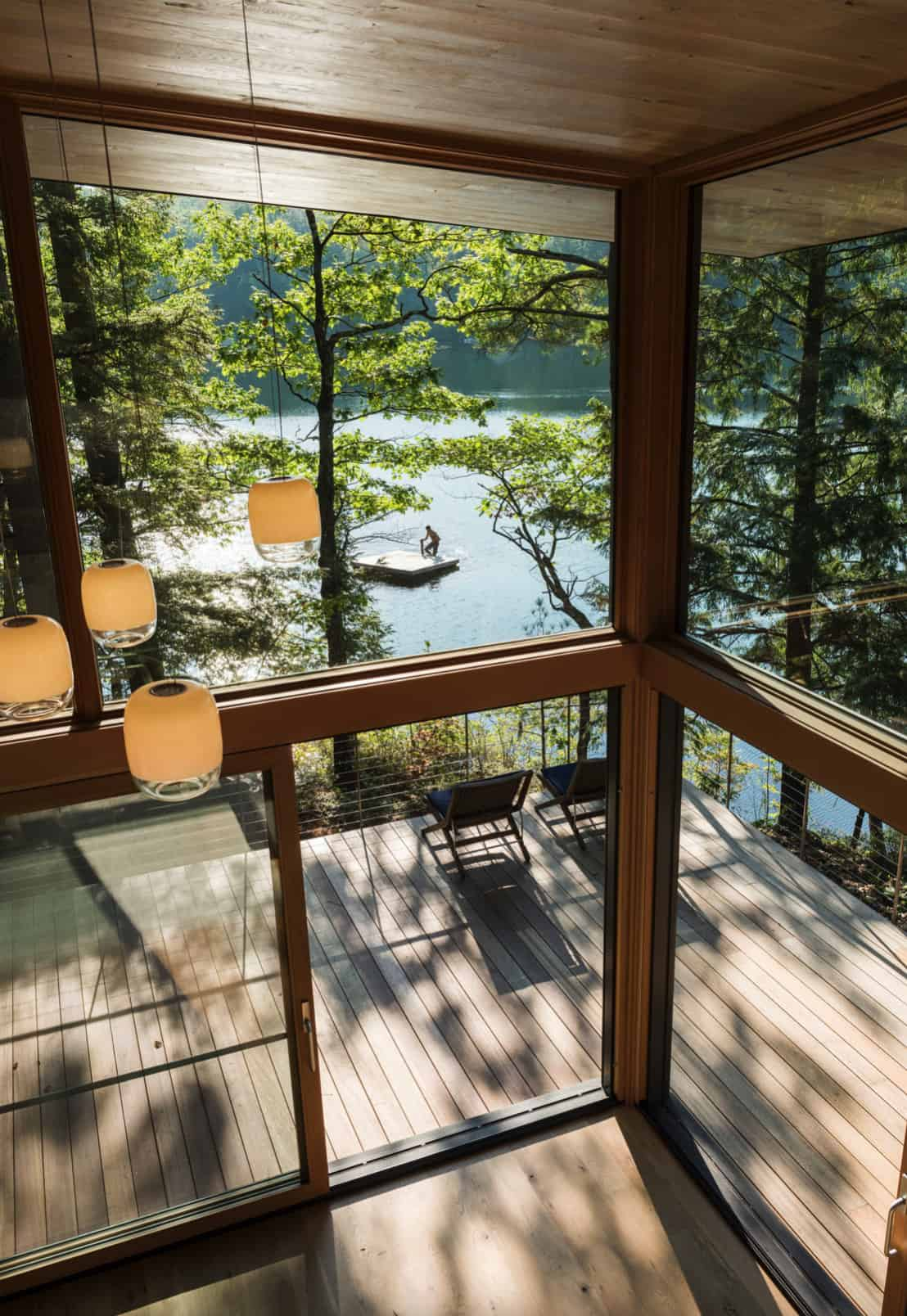 suvremena-dnevna soba-s podom do stropa-staklom s pogledom na jezero