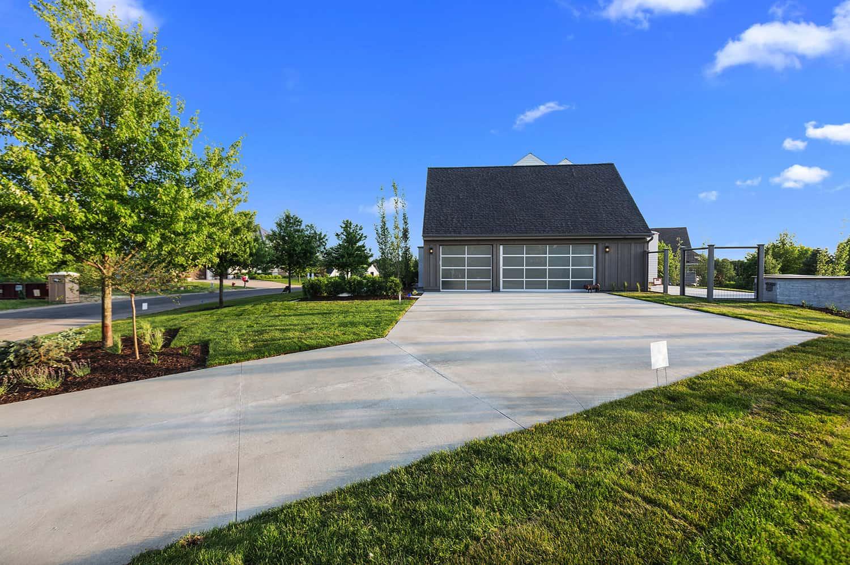 modern-farmhouse-garage-exterior