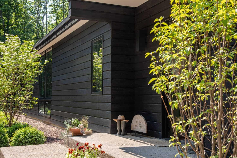 modern-woodland-retreat-with-Shu-Sugi-Bon-exterior