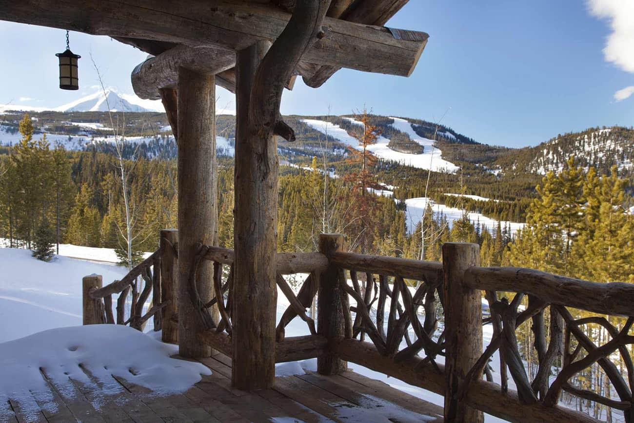 rustikalna-planinska-kabina-paluba-s-drvom-gaurdrail
