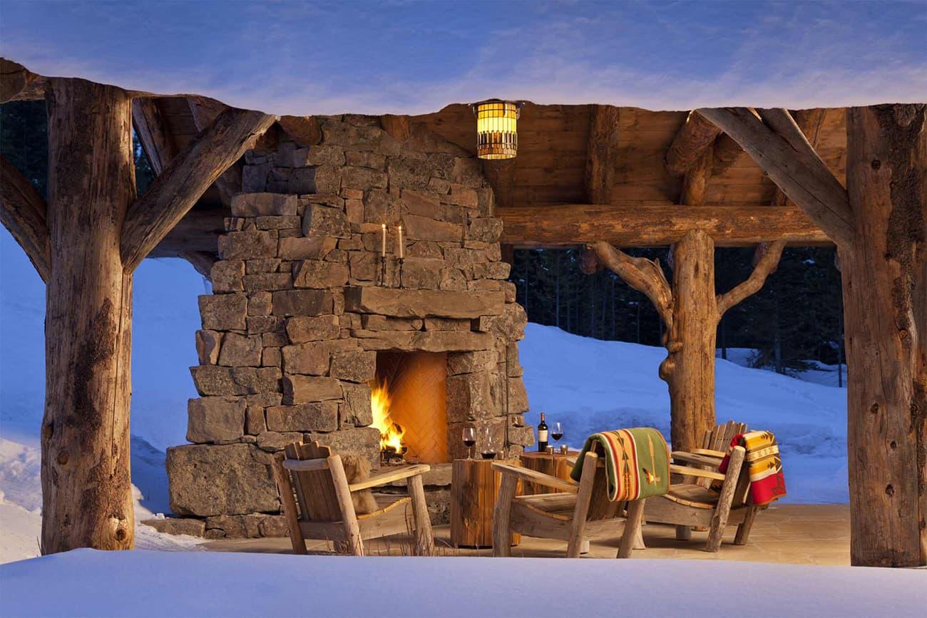 rustikalna-planinska-kabina-vanjska-terasa-sa-snijegom