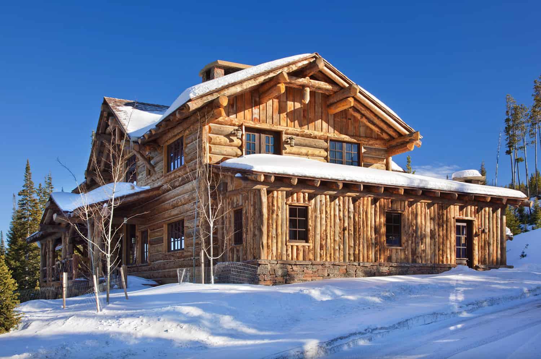 rustikalna-planinska-kabina-eksterijer-sa-snijegom