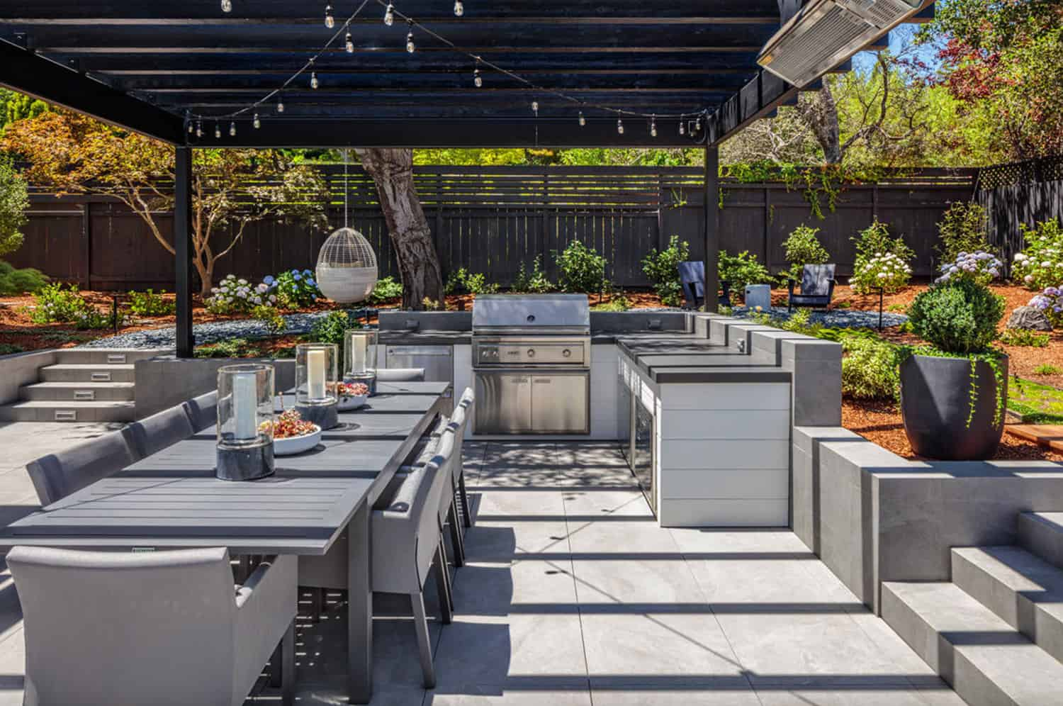 traditional-home-patio-with-outdoor-dining-table-built-in-grill-kitchen-and-pergola