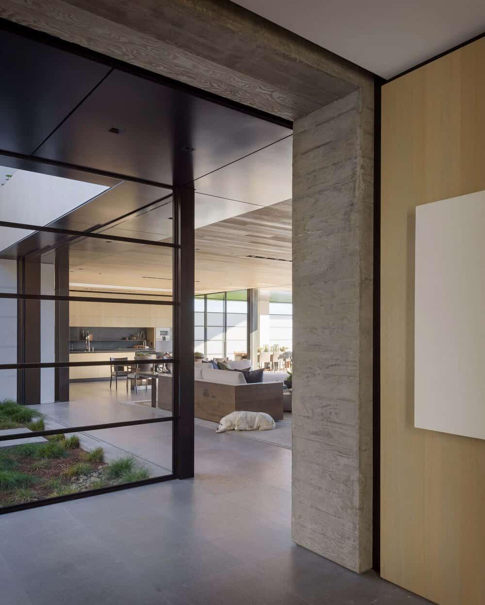 hodnik s pogledom na dnevnu sobu