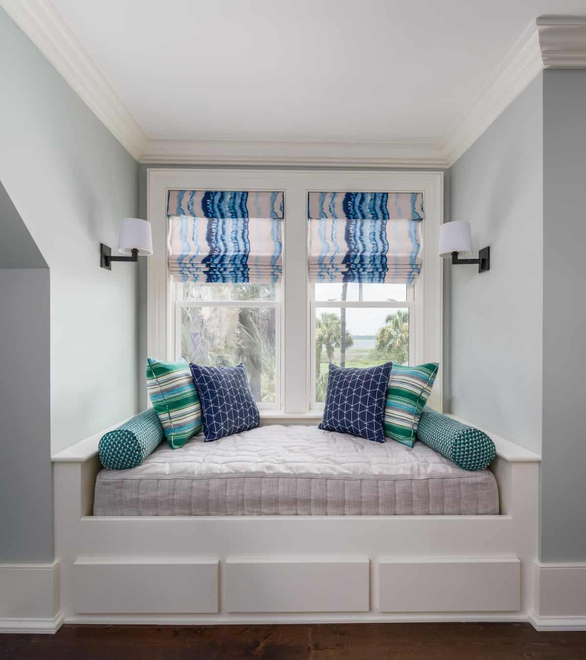 spavaća soba-prozor-sjedalo u primorskom stilu