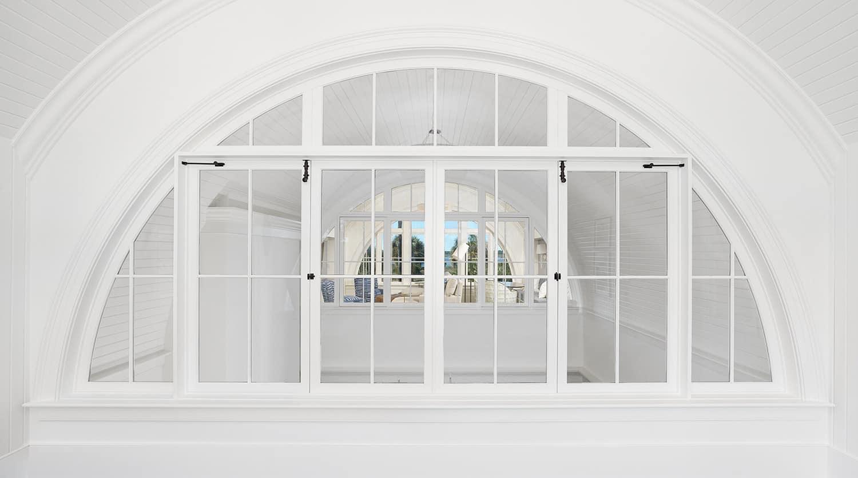 prozor u unutrašnjosti obalnog stila