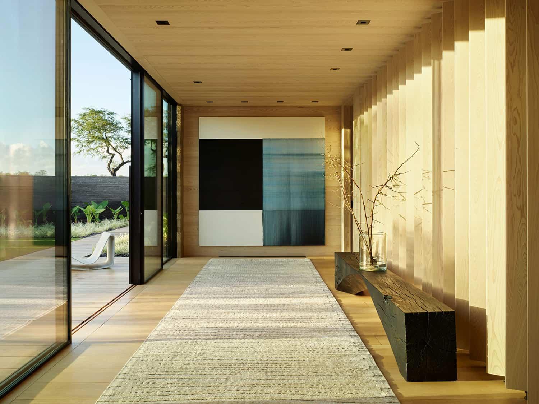 suvremeni-hodnik-sa-klupom-i-umjetničkim djelima