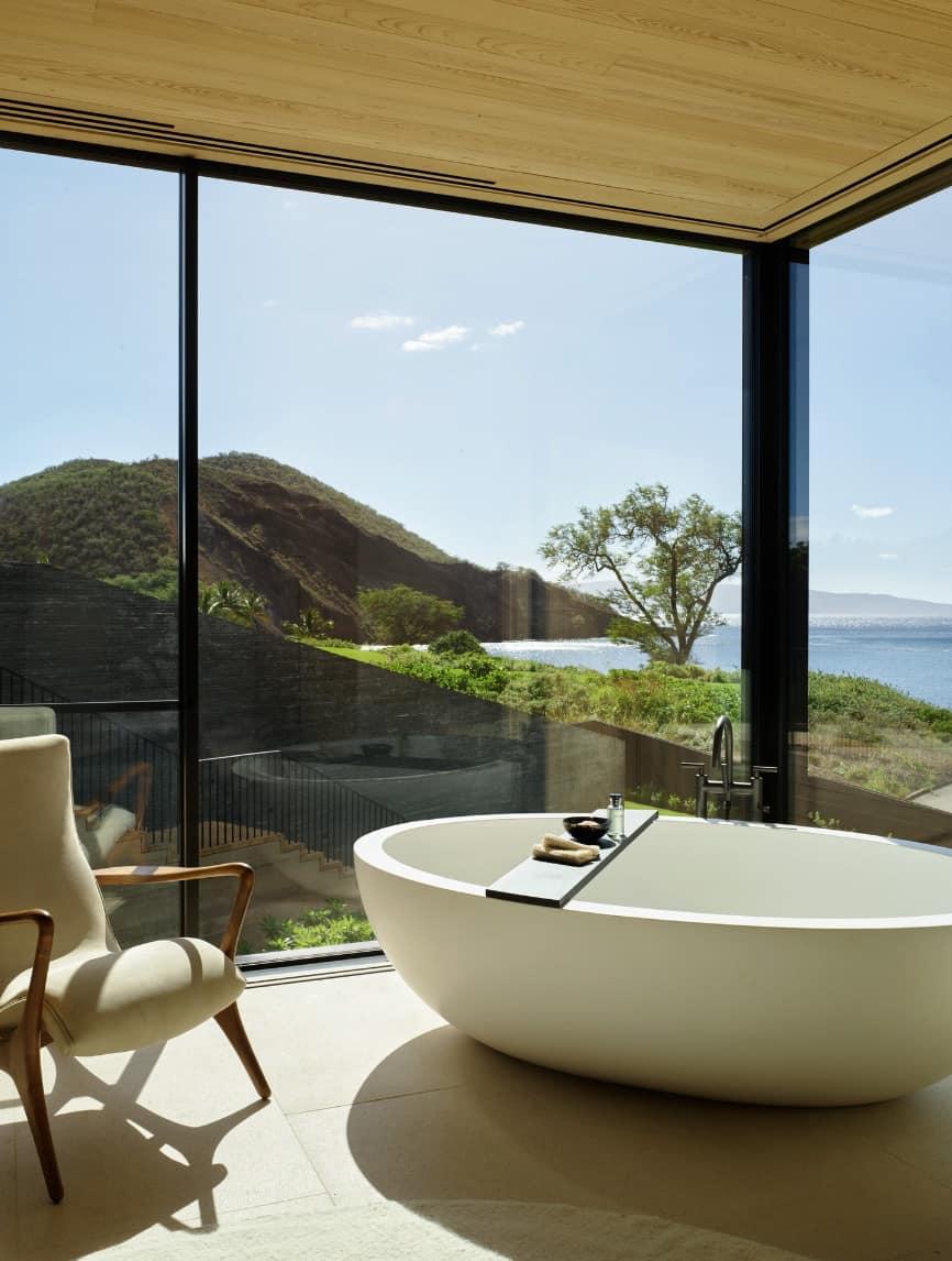 suvremena-kupaonica-natapanje-kada-s-velikim-prozorima