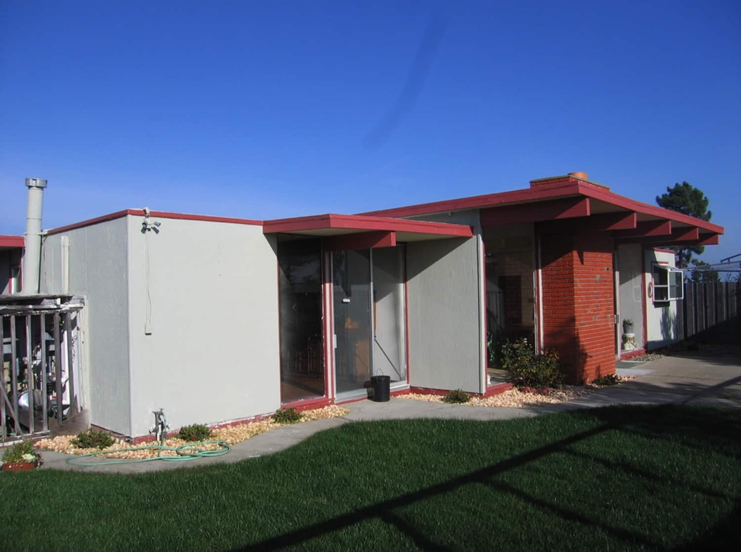 midcentury-modern-exterior-before-the-remodel