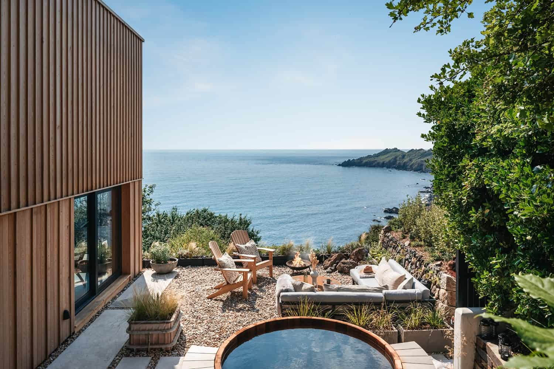 modern-Scandinavian-patio-with-a-hot-tub
