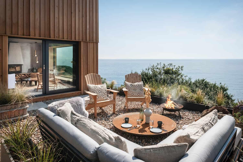 modern-Scandinavian-patio-with-a-firepit