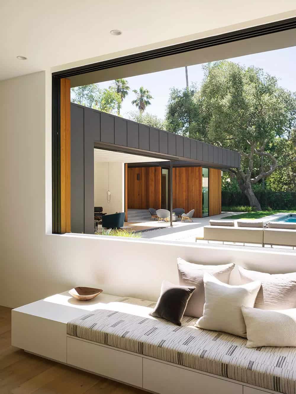 moderna-glavna-spavaća soba-prozor-sjedalo-s-pogledom-na-kamin-područje-i-bazen