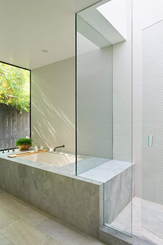 moderna-glavna-kupaonica-mramor-unutarnja-vanjska-tuš