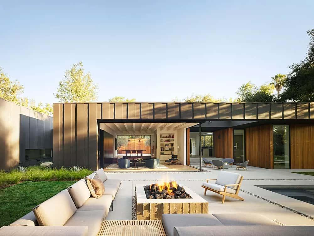 moderna-betonska-ploča-terasa-s-vanjskim-dnevnim boravkom-i-kaminom