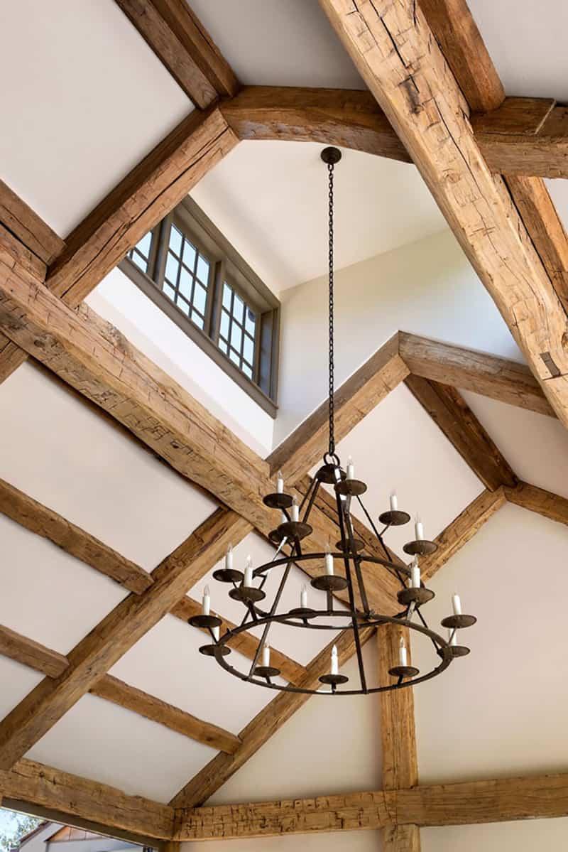 farmhouse-family-room-chandelier