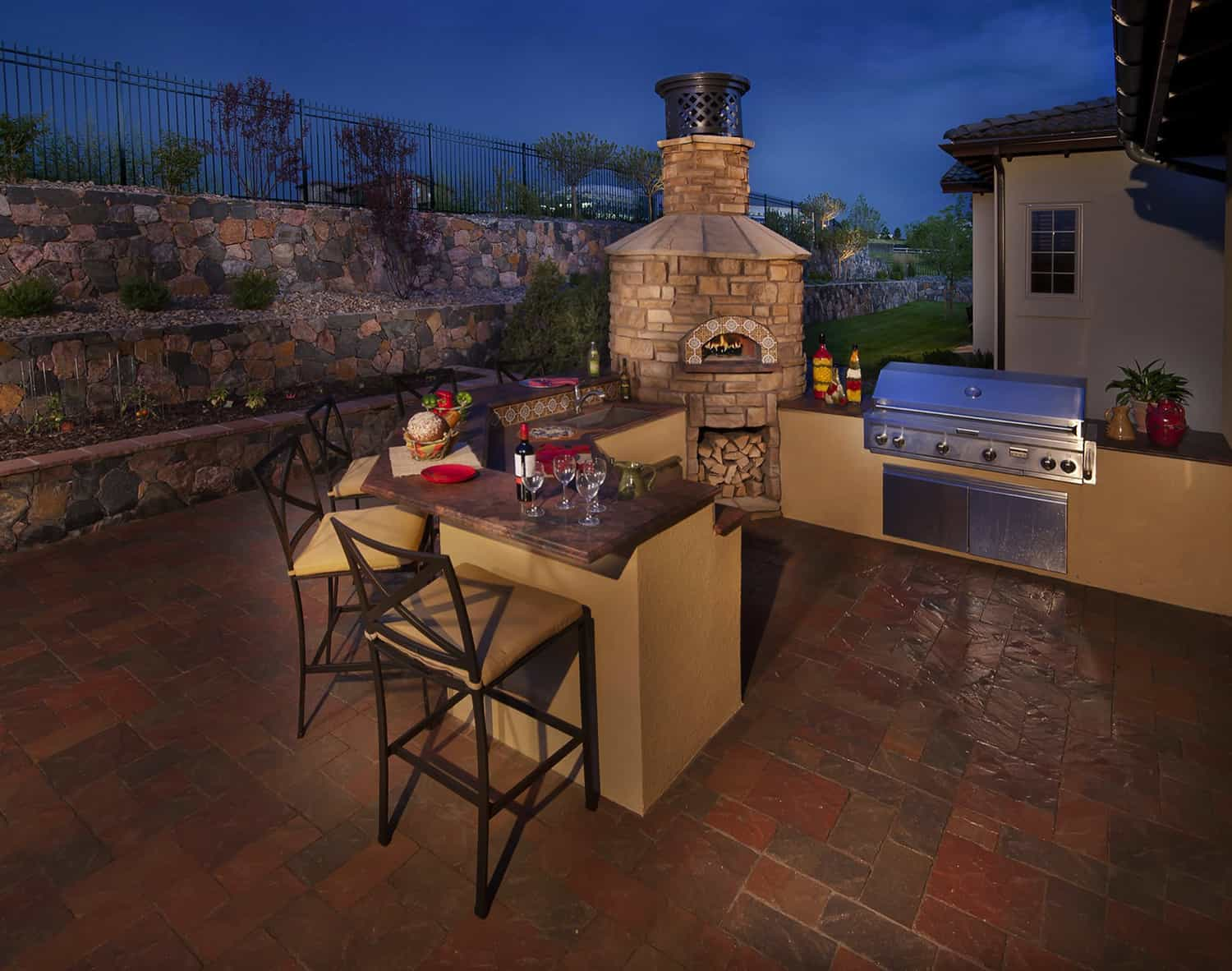 outdoor-kitchen-with-a-pizza-oven
