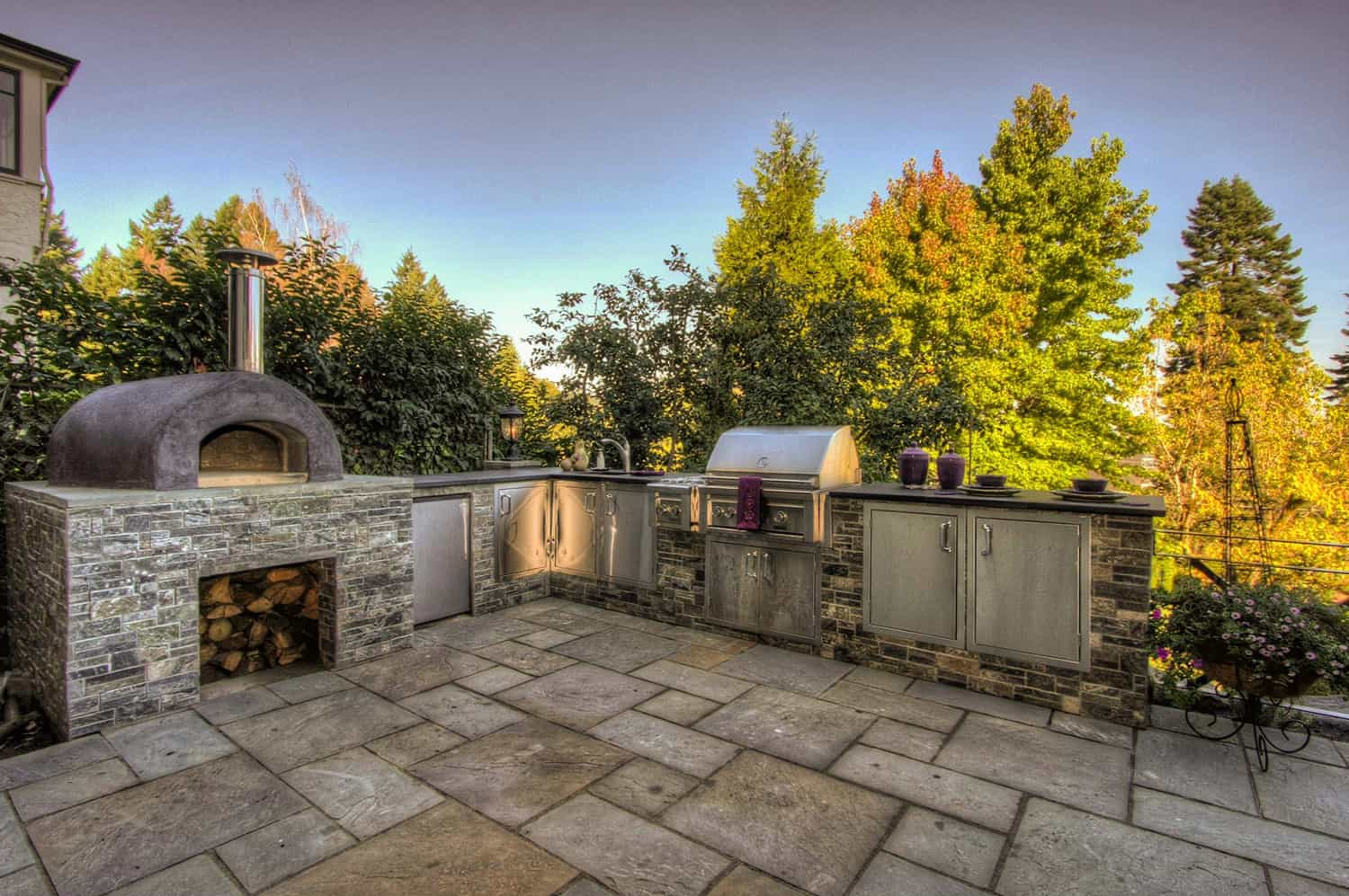 traditional-patio-outdoor-kitchen-and-pizza-oven