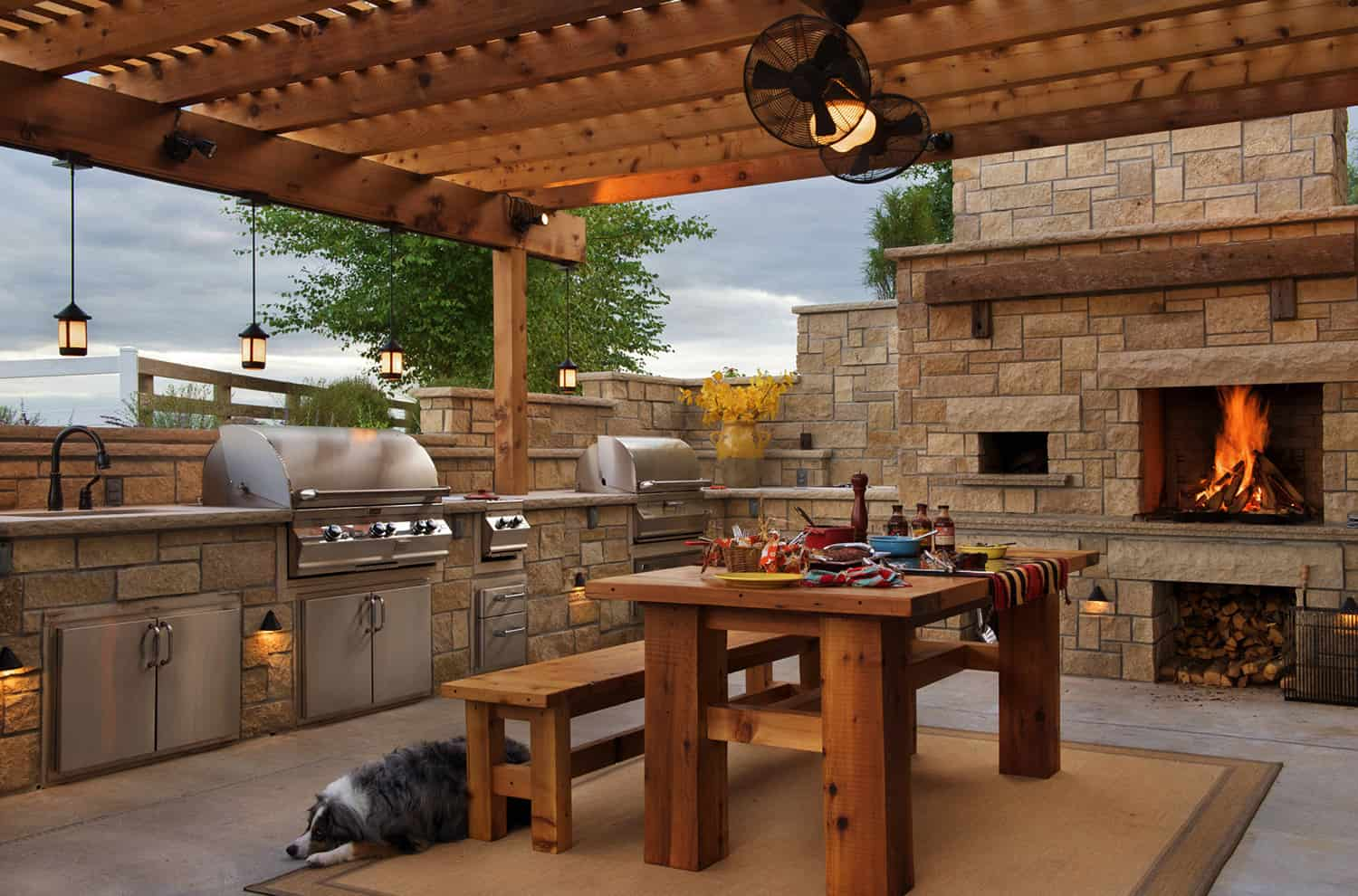 farmhouse-patio-kitchen-with-a-pizza-oven