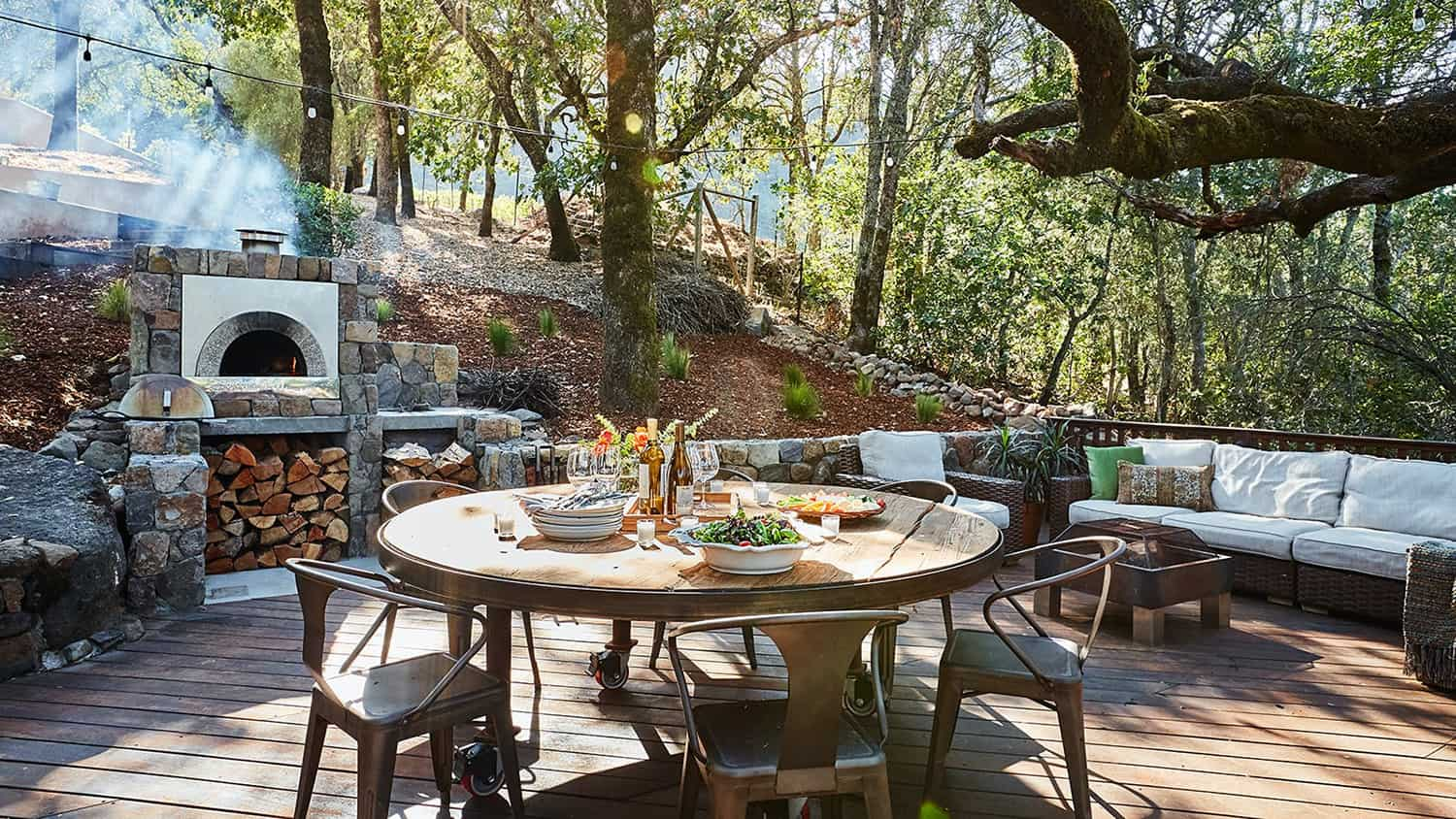 rustic-outdoor-kitchen-with-a-pizza-oven