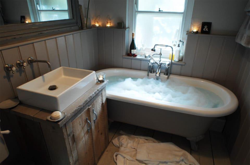farmhouse-bathroom-with-clawfoot-tub