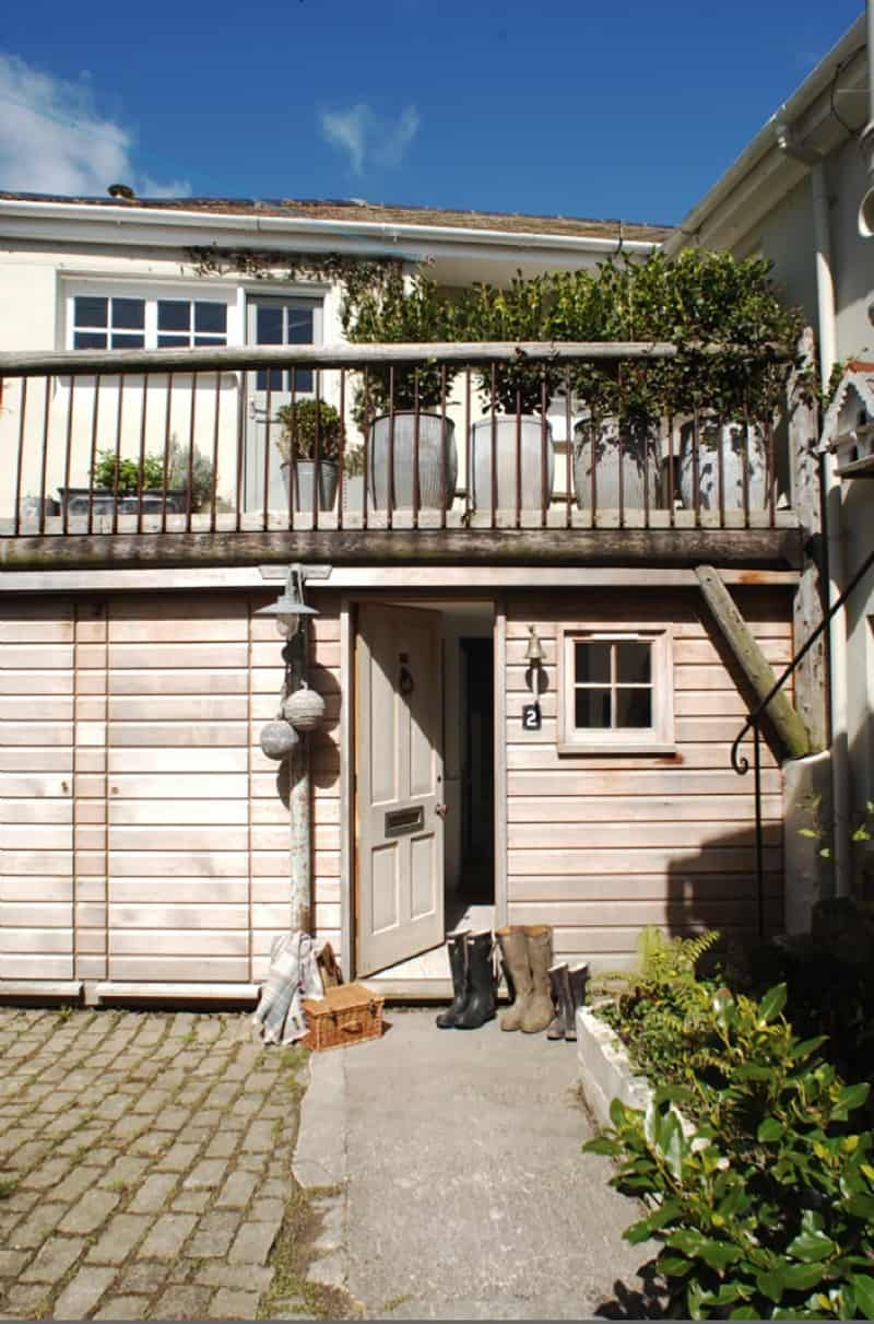 weather-beaten-fishermans-cottage-entry