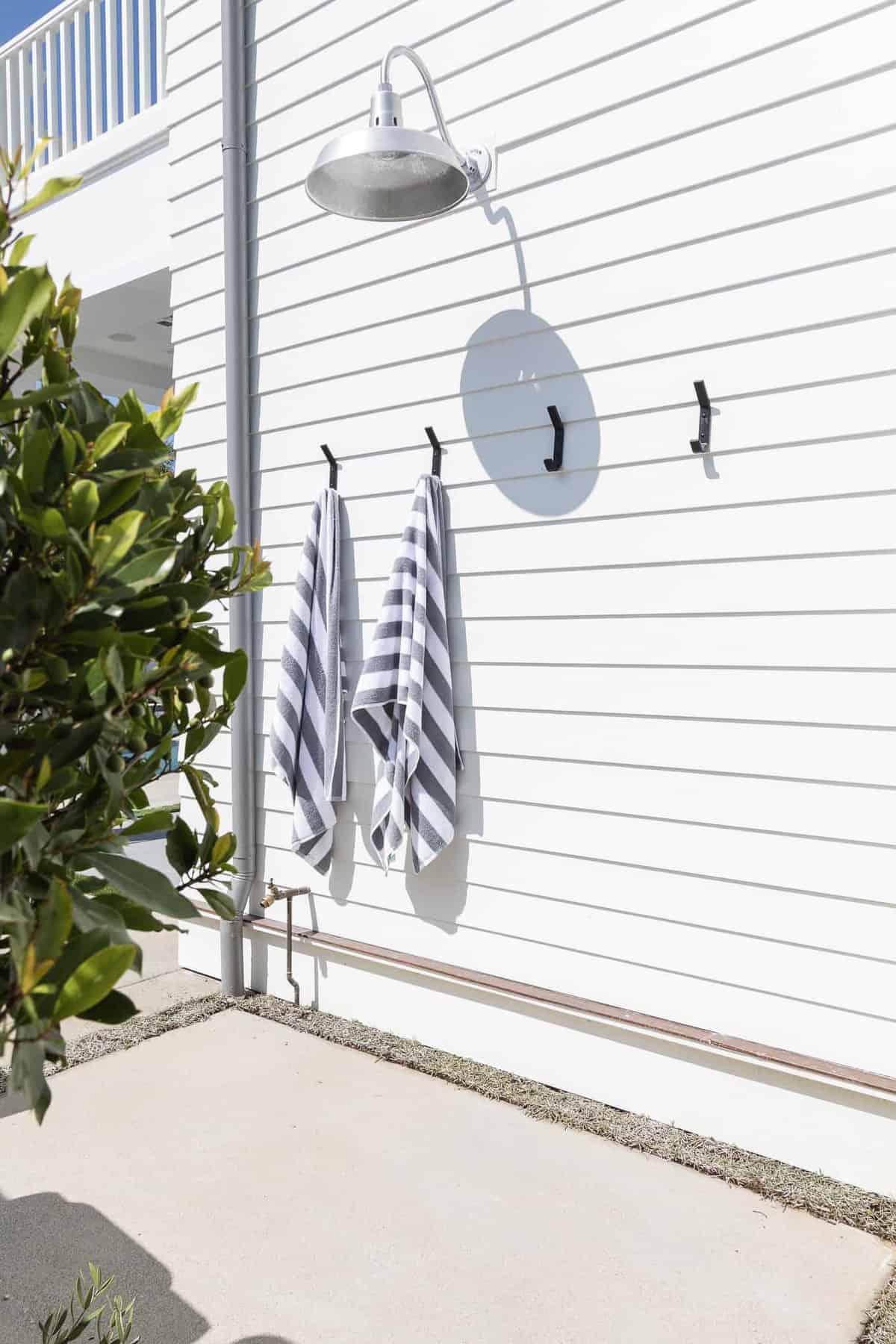 Pennsylvania-dutch-style-house-outdoor-shower
