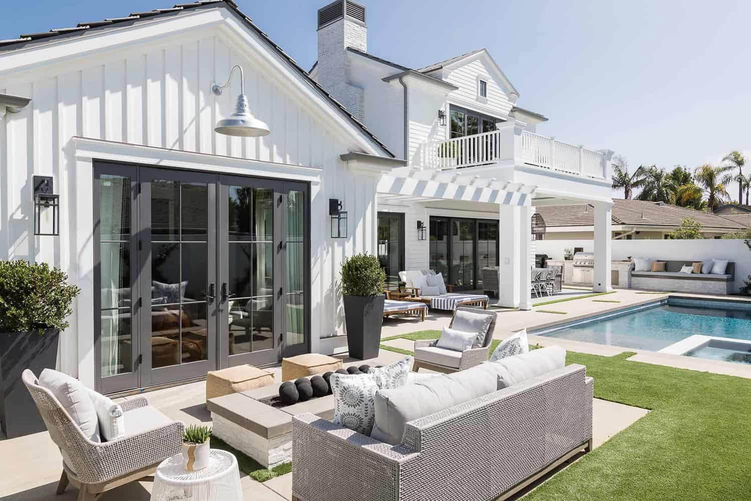 Pennsylvania-dutch-style-house-patio-with-outdoor-seating