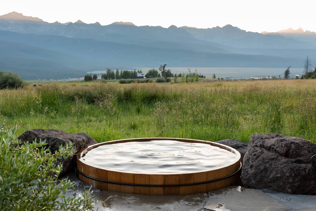 dutch-barn-ranch-house-hot-tub