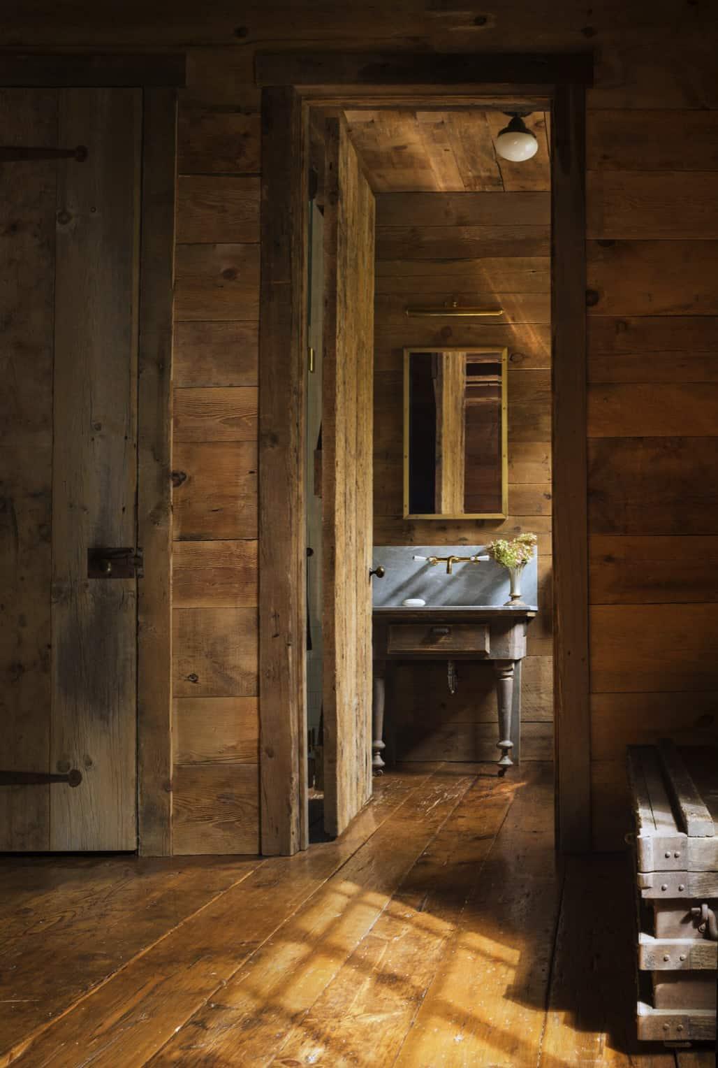 traditional-powder-bath-hallway