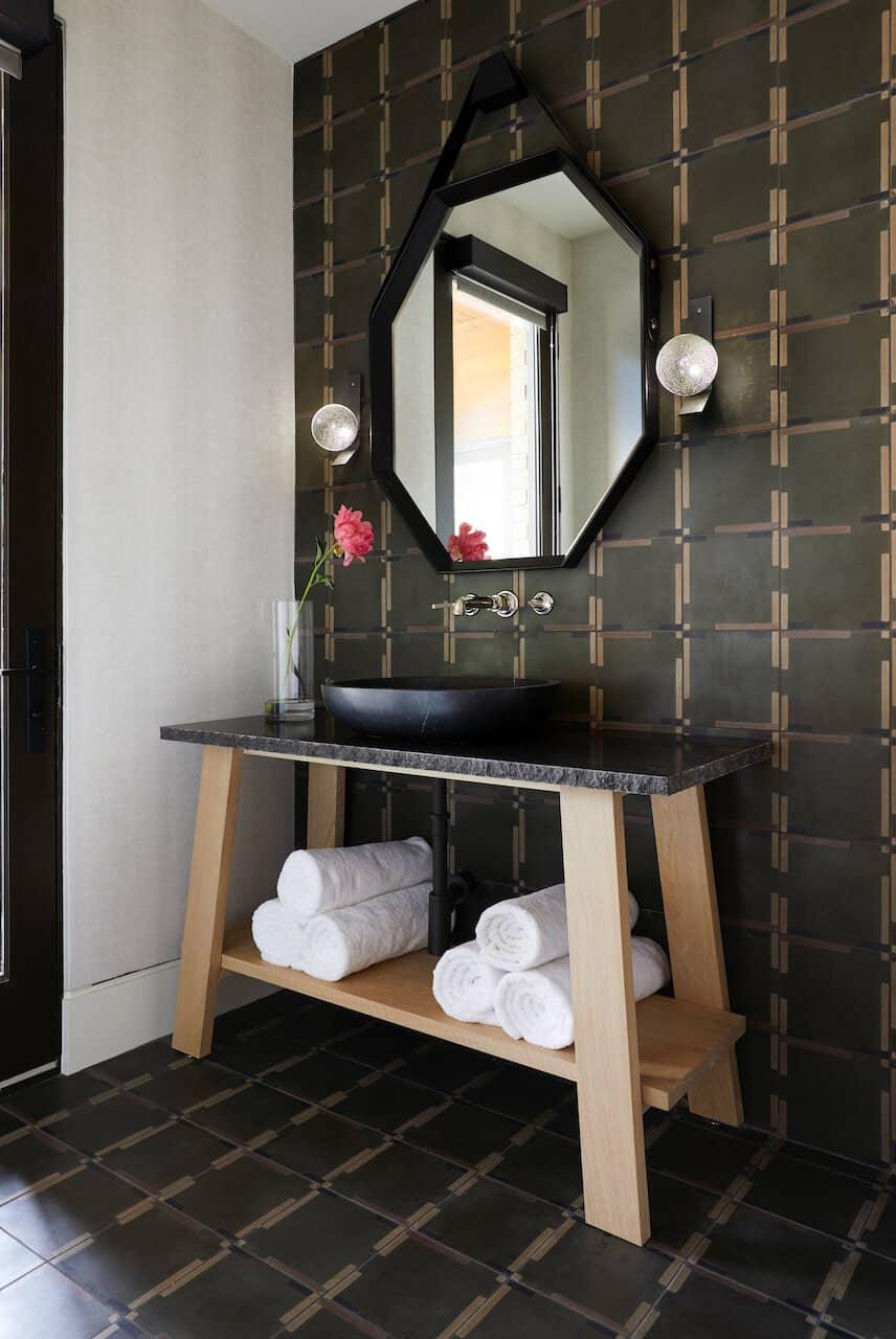 kupaonica u modernom prahu iz sredine stoljeća